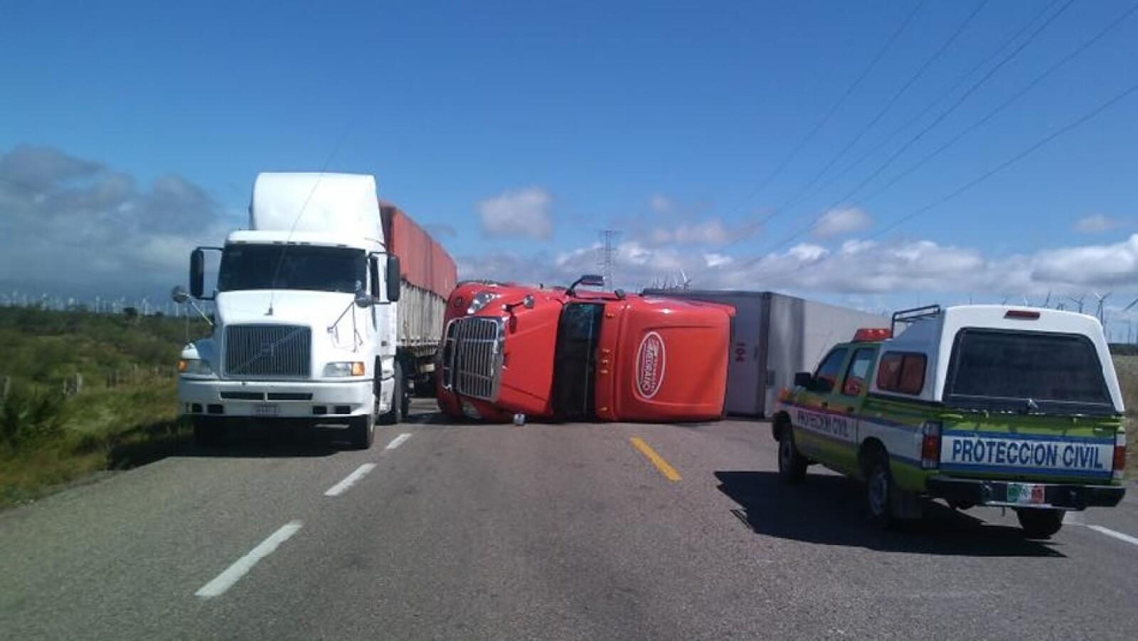 Camiones volteados por el viento en Oaxaca