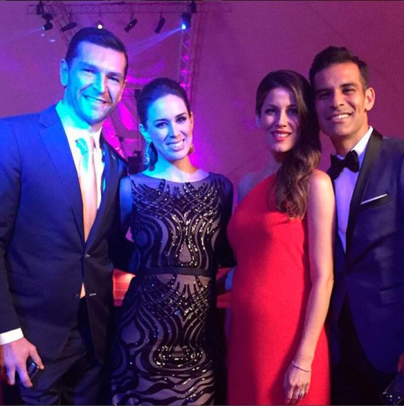 Martín Fuentes y Rafa Márquez posando junto a sus guapas esposas.