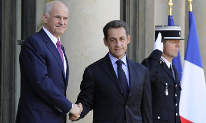 Nicolas Sarkozy (der) se reunió con el primer ministro griego, George Papandreou (izq), donde el mandatario heleno dijo que cumplirán sus compromisos. (Foto: Reuters)