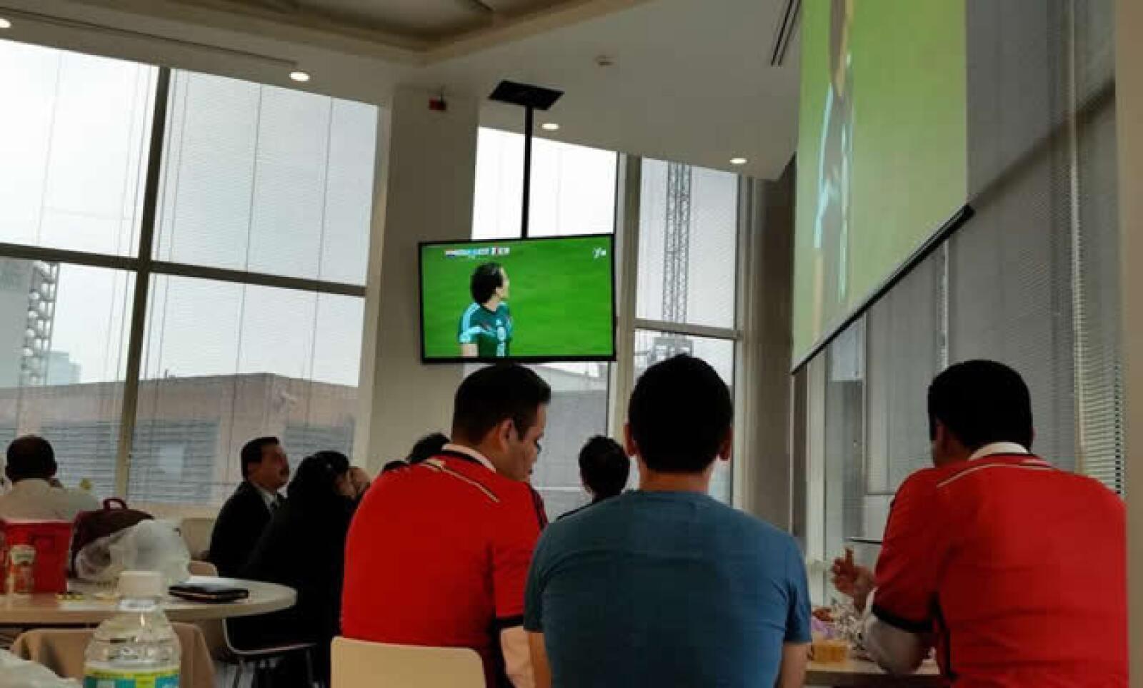 Daniel Oseguera compartió cómo el comedor de su empresa se convirtió en una sala de televisión para mirar el encuentro mientras comían. @danie10seguera