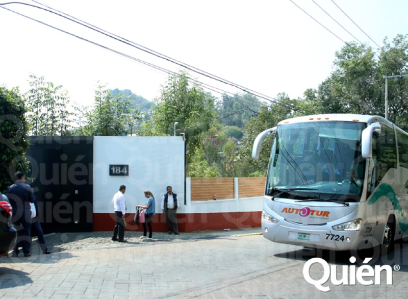 Afuera del lugar, equipo de seguridad vigila la entrada y salida de personas.
