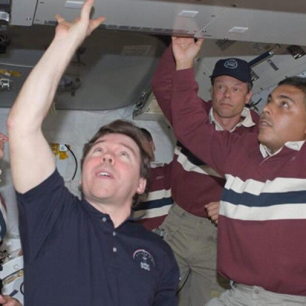 Algunos miembros de la misión del Discovery que despegó el viernes 28 pasado, comienzaron con las reparaciones desde el lunes. En esta foto: Nicole Stott, el ingeniero de vuelo Michael Barrat, el sueco Christer Fulesang y el mexicano José Hernández.