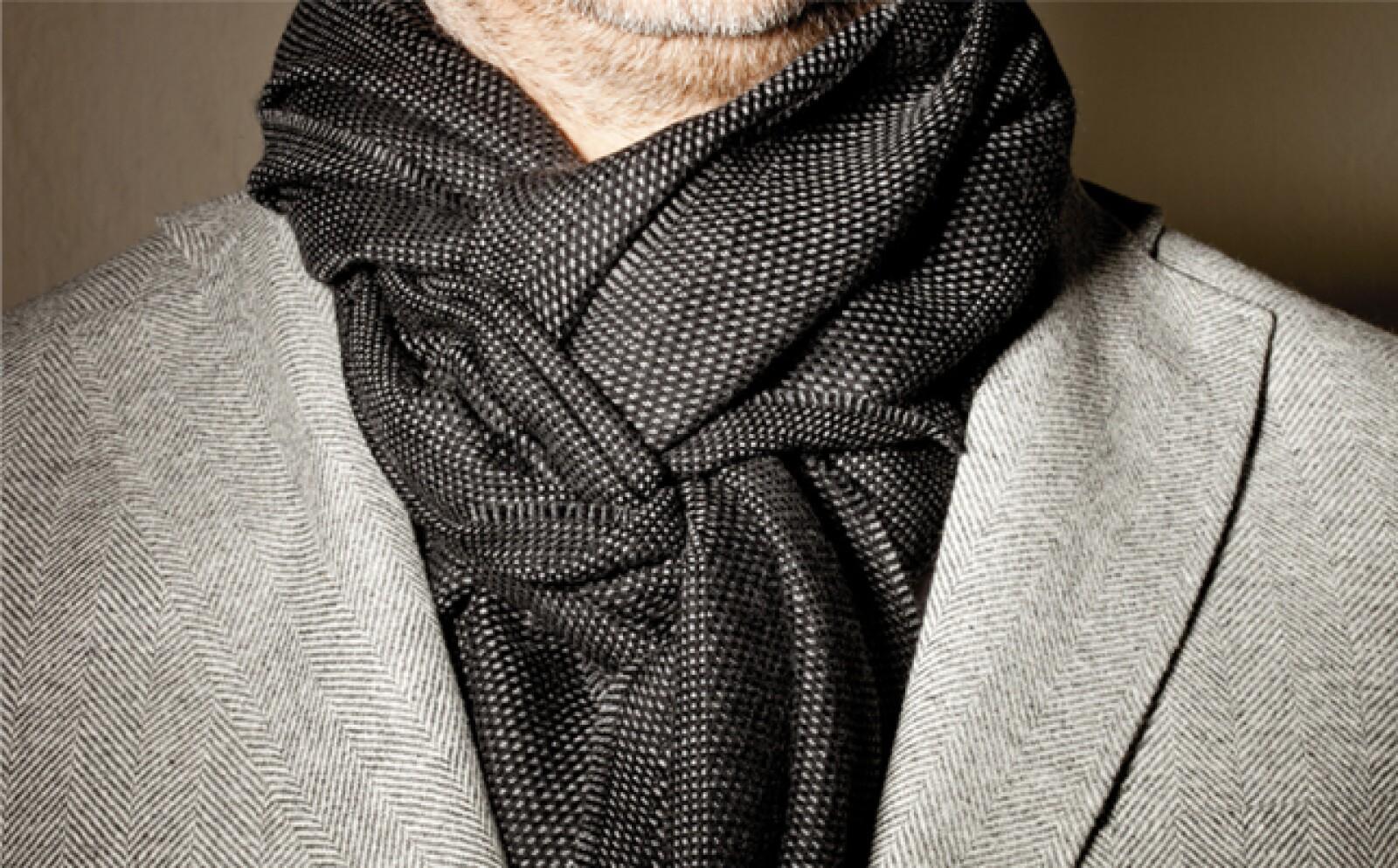 Cierra el saco o abrigo y acomoda la bufanda, dando volumen para cubrir bien el cuello.