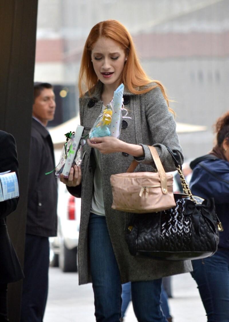 La actriz de 'Wicked' fue interceptada por un par de seguidoras este fin de semana quienes le entregaron regalos, mismos que ella recibió con agradecimiento y ternura.