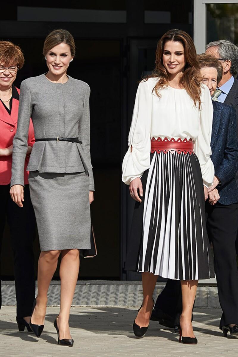Las reinas de España y Jordania, respectivamente, visitaron juntas este viernes un centro de investigación, encuentro en el que dieron cátedra de estilo.