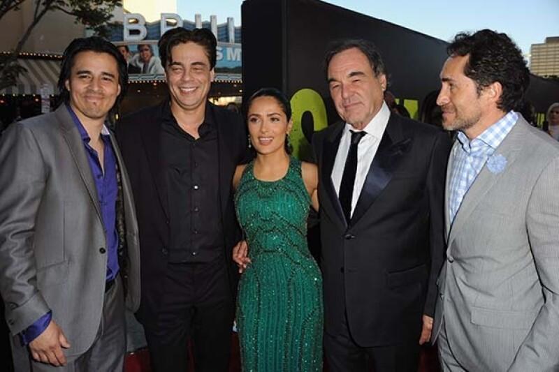 Junto a Benicio del Toro, Salma Hayek y Oliver Stone durante la promoción de la película `Savages´.