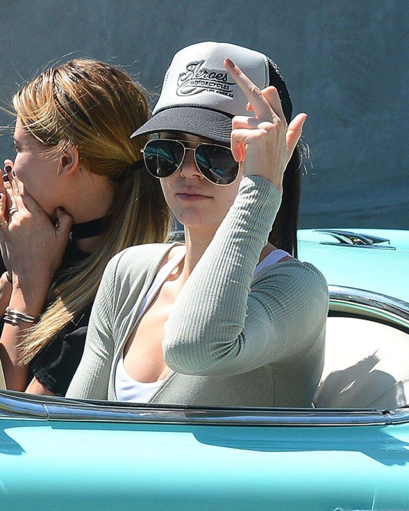 Kendall, al darse cuenta de los papparazzi, decidió mandarles un mensaje.