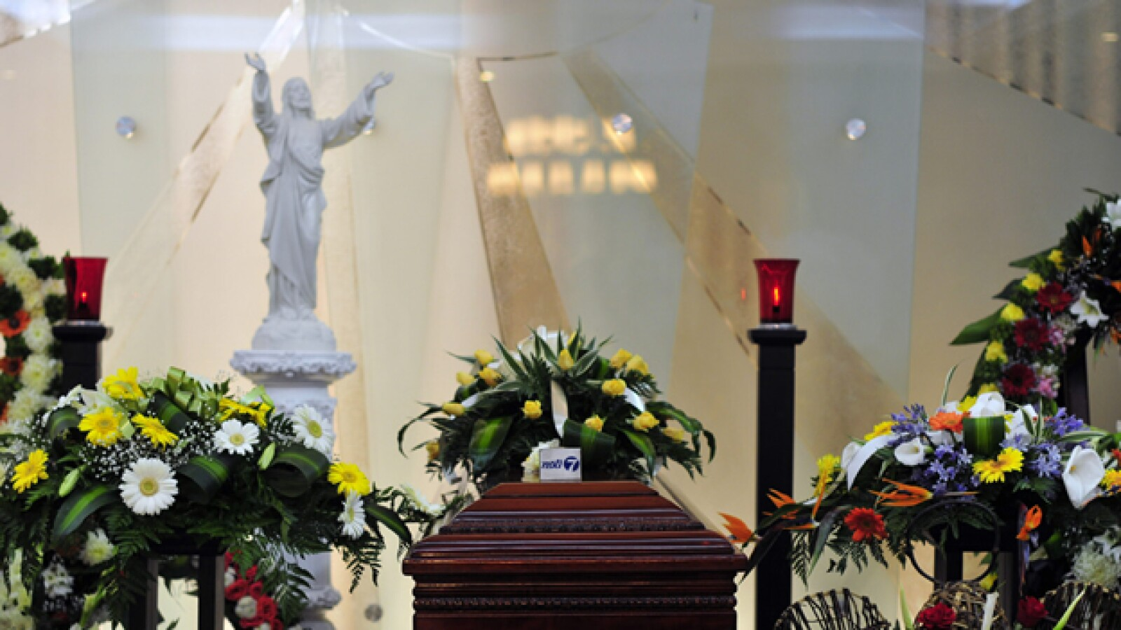 Ataud de periodista muerto en erupcion de volcan