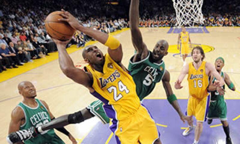 El equipo de los Celtics de Boston fue vendido por 380 mdd a un grupo encabezado por Steve Pagliuca de Bain Capital. (Foto: AP)