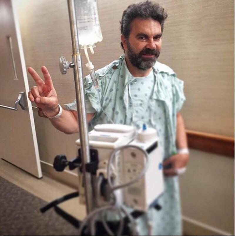 Entre las fotos que el cantante compartió en Instagram está una en la que se ve claramente su herida cerrada con grapas. Asegura que se está recuperando favorablemente.