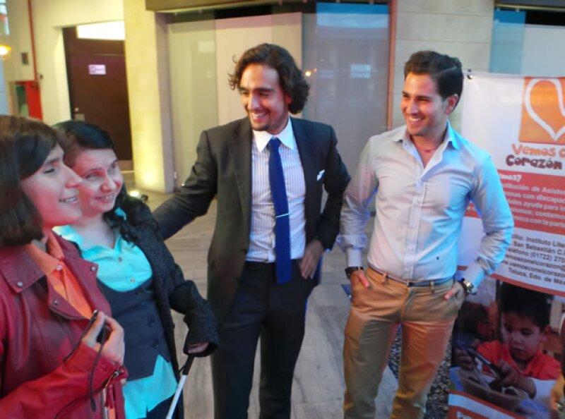 Enrique Abascal y Esteban Abascal con dos niñas de la fundación.