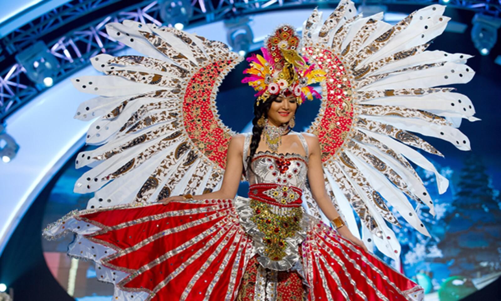 El viernes pasado las concursantes por el  popular premio hicieron gala de su trajes regionales. Miss Indonesia, Maria Selena, camina en la pasarela.