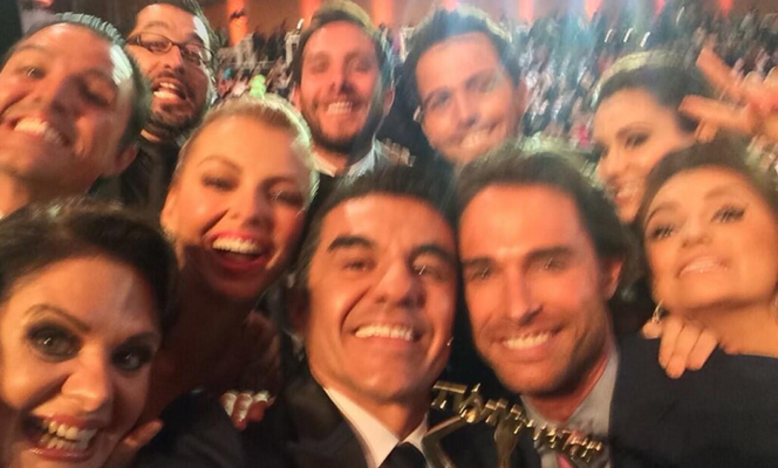 En la entrega de los premios TVyNovelas de Televisa, el comediante Adrián Uribe imitó la famosa fotografía organizada por Ellen DeGeneres en la entrega de los Oscar.
