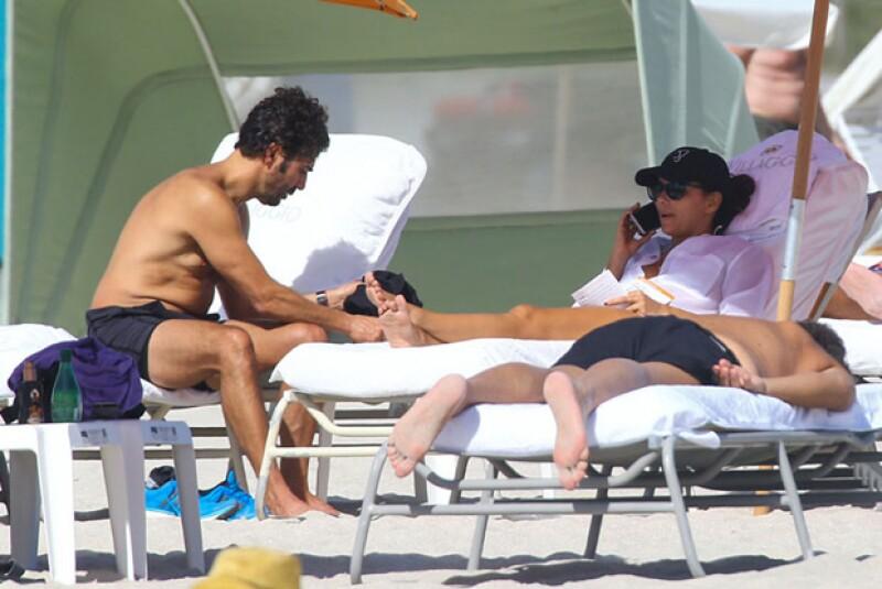 Muy relajados lucieron Eva Longoria y Pepe Bastón en Miami.