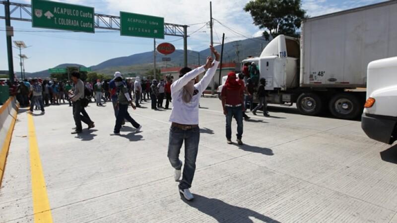 manifestantes bloquean autopista del sol domingo