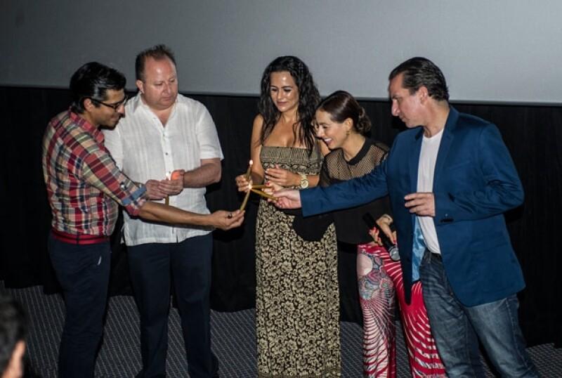 Junto con la presidenta del DIF de Acapulco, el elenco prendió una vela.
