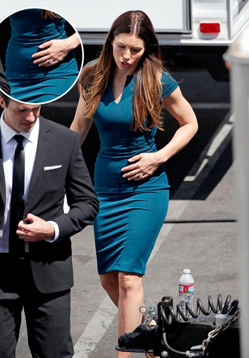 Apenas se confirmó la noticia pero desde agosto pasado la actriz fue fotografiada en Los Ángeles, California, luciendo una incipiente pancita.