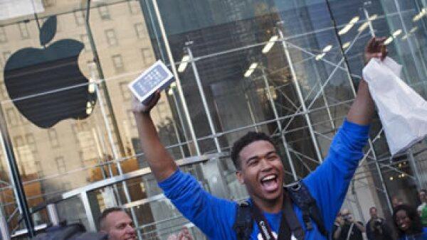 Por primera vez, Apple ofrece dos nuevos iPhones: el 5S y uno más barato, el iPhone 5C. (Foto: Reuters)