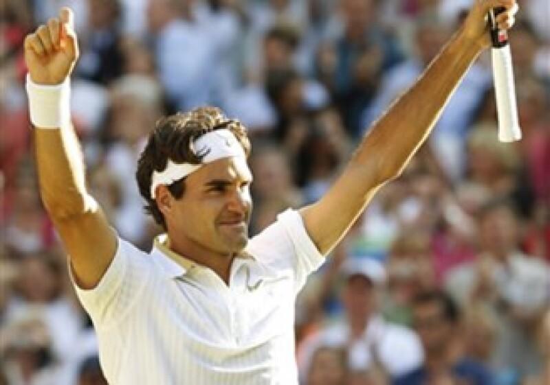 Federer se convirtió además en apenas el tercer tenista en ganar seis veces el campeonato de Wimbledon. (Foto: AP)