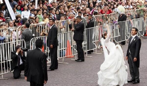 Angélica compartió la tradición de aventar el ramo con sus fans.