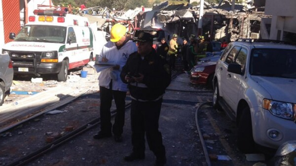 El equipo de venteo, bomberos, personal militar y policía federal atienden la emergencia.