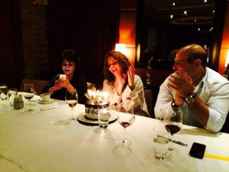 La cantante y conductora que está probando suerte en Telemundo festejó su cumpleaños ayer con su mamá y su novio Michel Kuri.