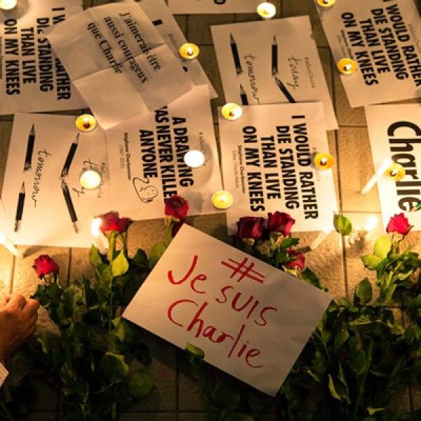 Velas, mensajes y flores fueron colocados en el Centro de Cultura de Bangkok.