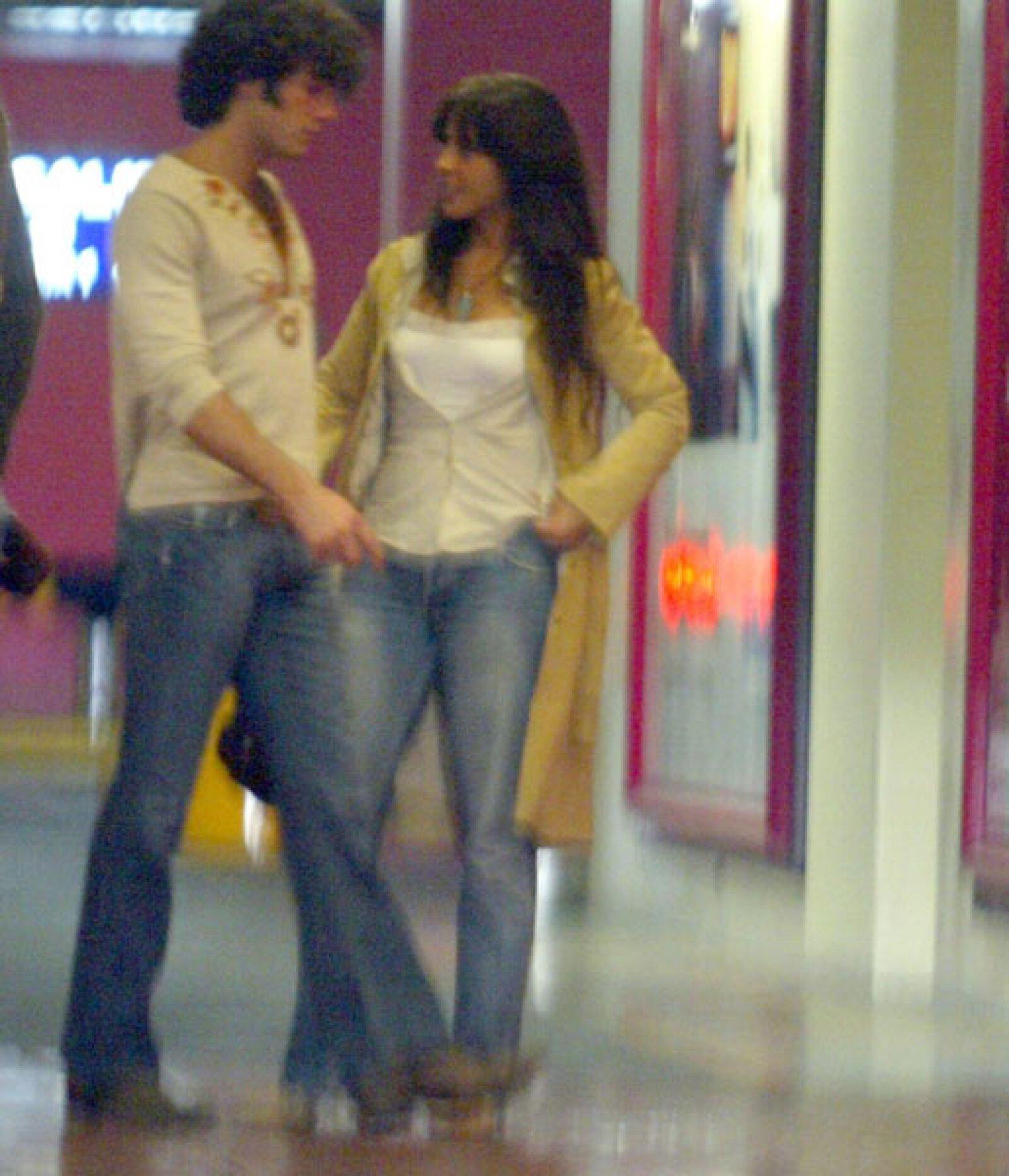 En 2006 la relación entre Kate y Aarón se confirmaba tras la publicación de unas fotografías donde se les veía besándose. (Foto: Clasos.com)  En mayo de 2006 se hicieron novios por primera vez, cuando se conocieron durante la filmación de la película `Amas de casa´.