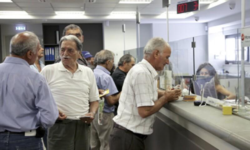 Los bancos empezaron a recibir a los clientes, aunque la afluencia no era excepcional. (Foto: Reuters )