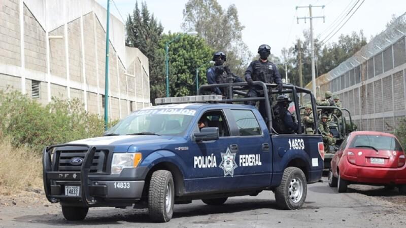 Elementos de las fuerzas federales vigilan las calles de Apatzingán, Michoacán