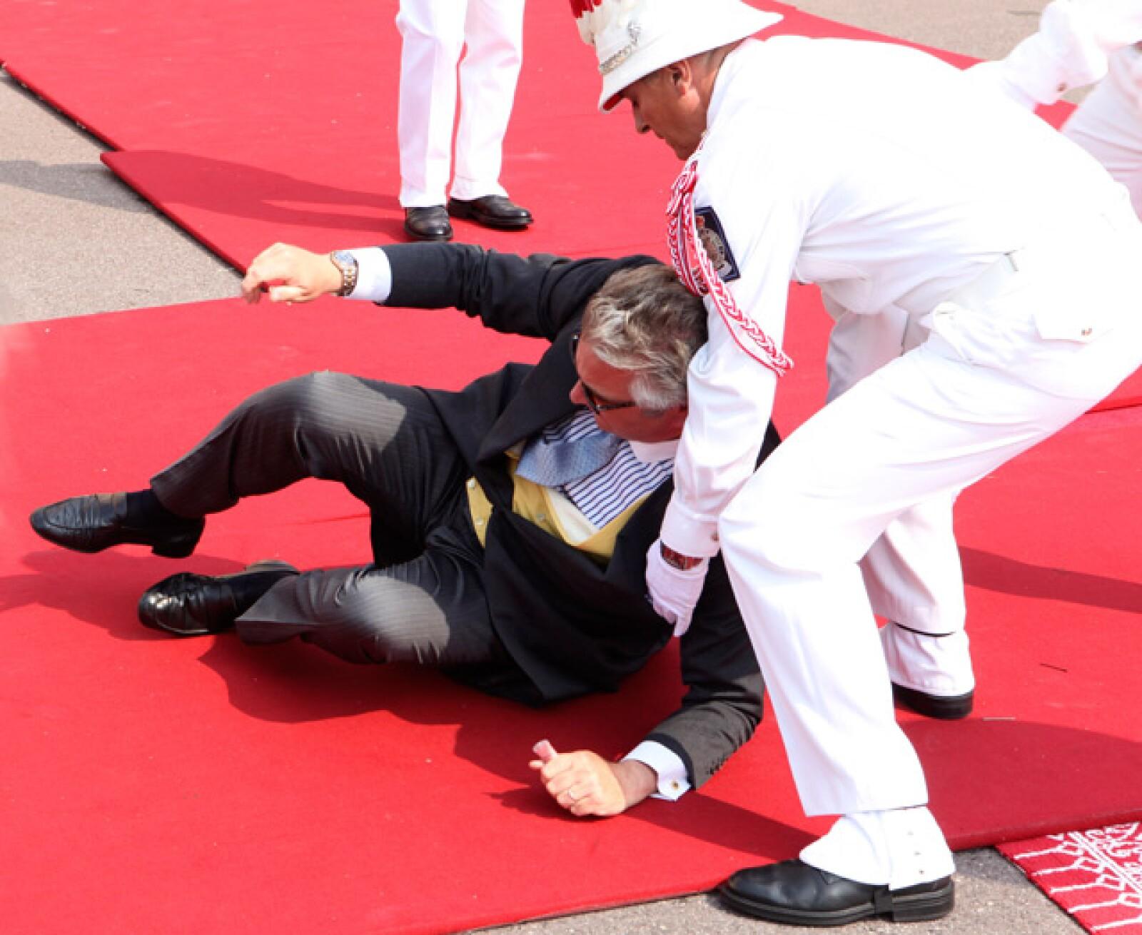 El príncipe Laurent tuvo un bochornoso accidente al llegar a la boda.