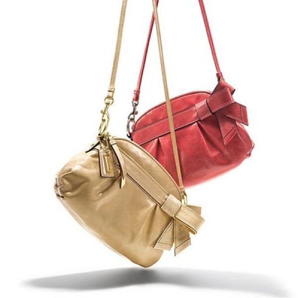 Coach presentó su colección invernal dentro de su línea Poppy, con bolsas en colores negro, rojo, dorado y plateado.