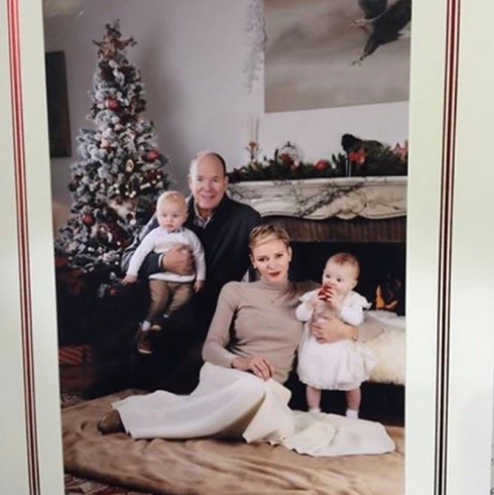 Los príncipes de Mónaco, Alberto II y Charlene, con sus hijos Jacques y Gabriella.