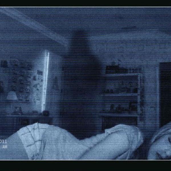 Presentada en forma de documental, se cuenta la historia de Katie y Micah, una pareja que es abrumada por un demonio. Con el paso de los días el escenario se vuelve más atemorizante. Si te gustan l...