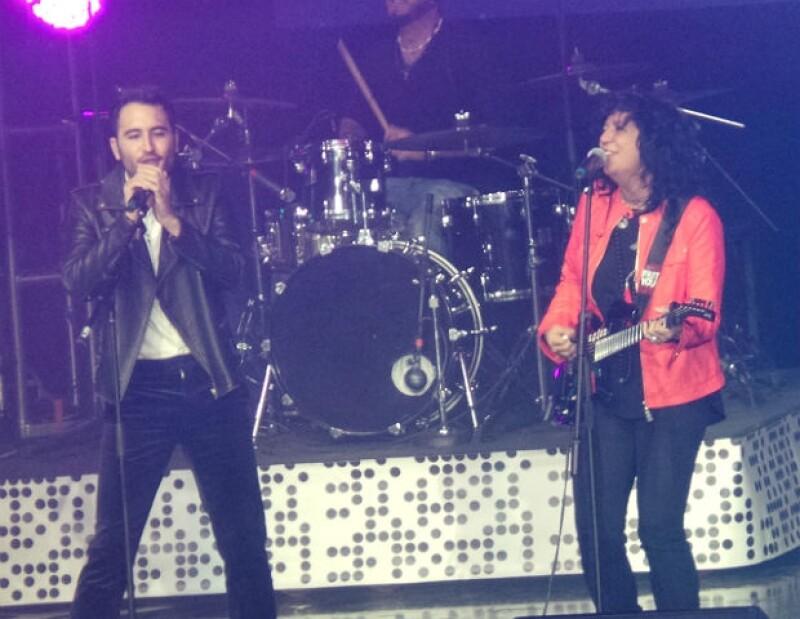 "Chui Navarro de Reik y Rosana interpretaron a dueto el tema ""Magia""."
