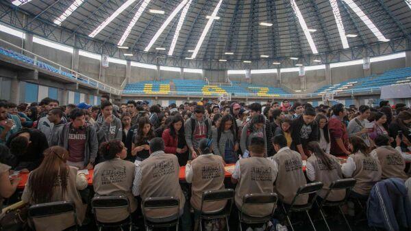 """ZACATECAS, ZACATECAS, 02MAYO2019.- El Gobierno de México entregó becas para el Bienestar """"Benito Juárez"""" a 11 mil 939 estudiantes de los 13 programas académicos de preparatoria de la Benemérita Universidad Autónoma de Zacatecas (BUAZ), con el propósito de contribuir a su permanencia escolar y a la economía de sus familias. FOTO: CUARTOSCURO.COM"""