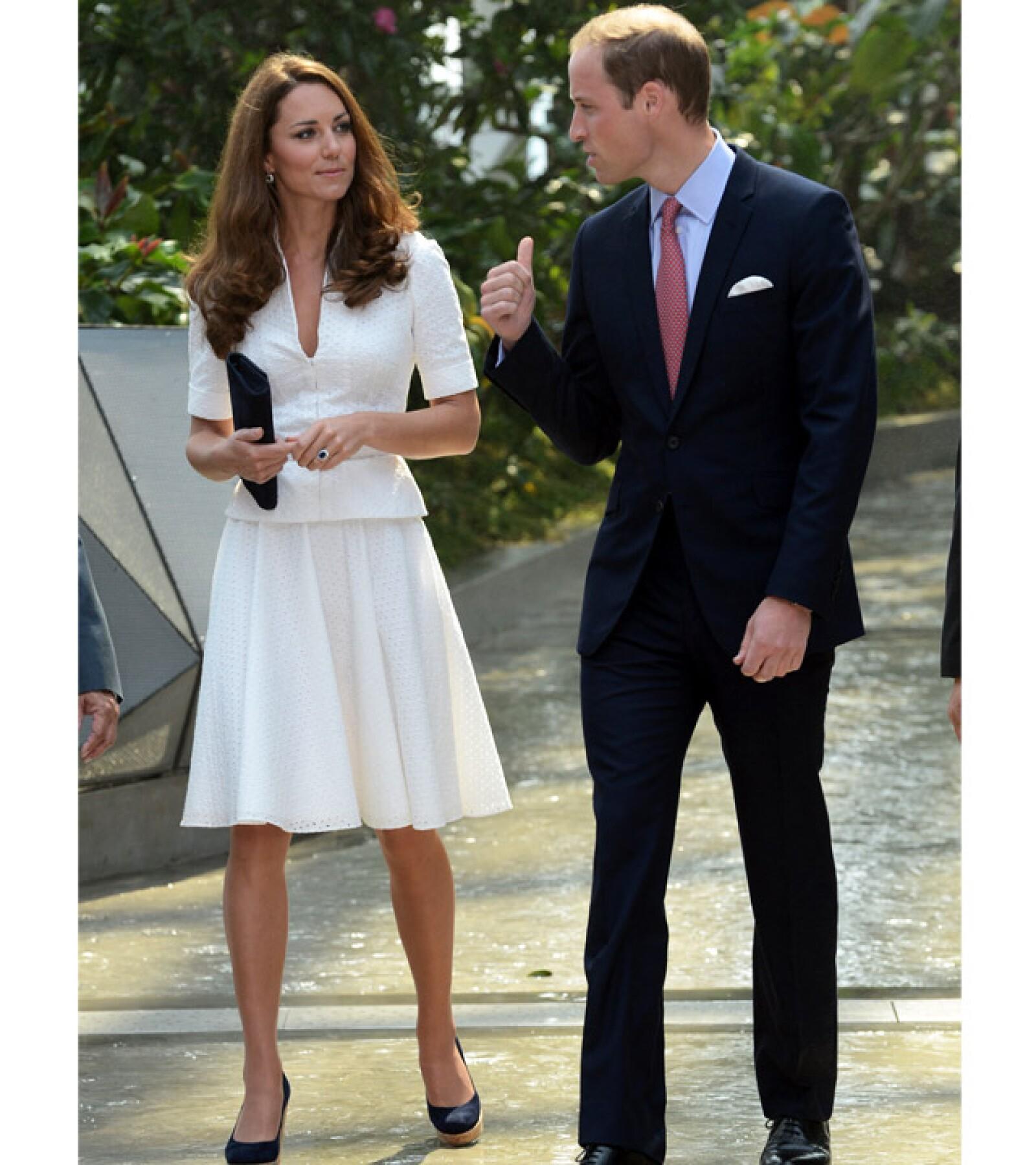 Kate Middleton en un atuendo a dos piezas blanco y accesorios en negro en su visita a Singapur.