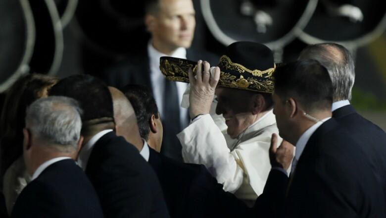 Un mariachi le ofreció a Francisco su tradicional sombrero.