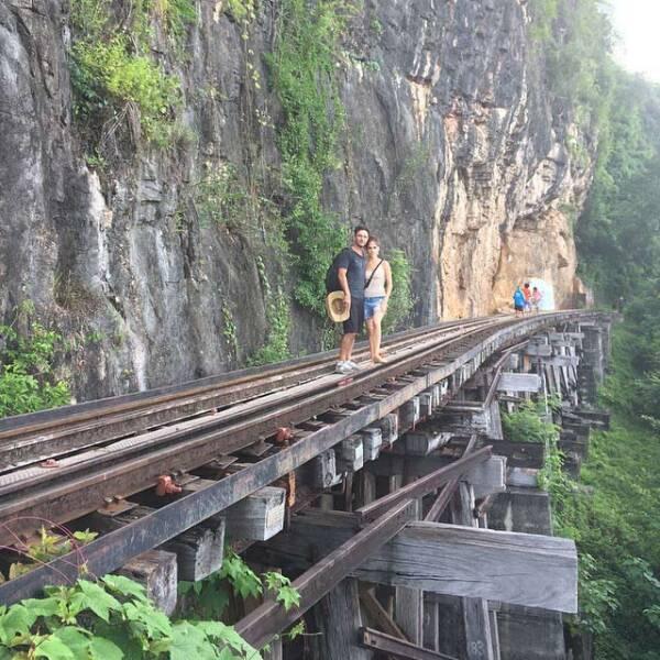 """Sandra y Leo en el """"Death Rail"""" o el Ferrocarril de la Muerte, une Tailandia con Birmania y pasa por Bangkok y Ragún, construido por el Imperio japonés durante la Segunda Guerra Mundial."""