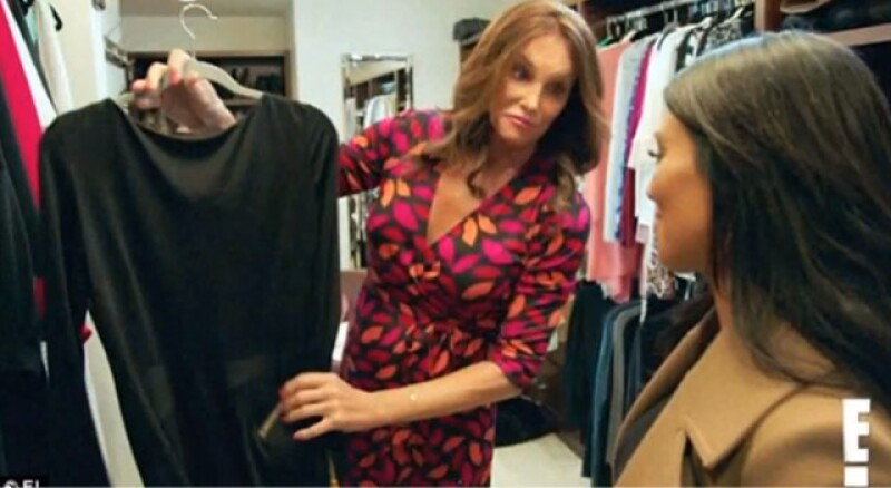 Caitlyn le muestra emocionada a Kim Kardashian uno de sus vestidos favoritos, sólo para descubrir que la madre de sus dos hijas, Kylie y Kendall, también lo tiene.
