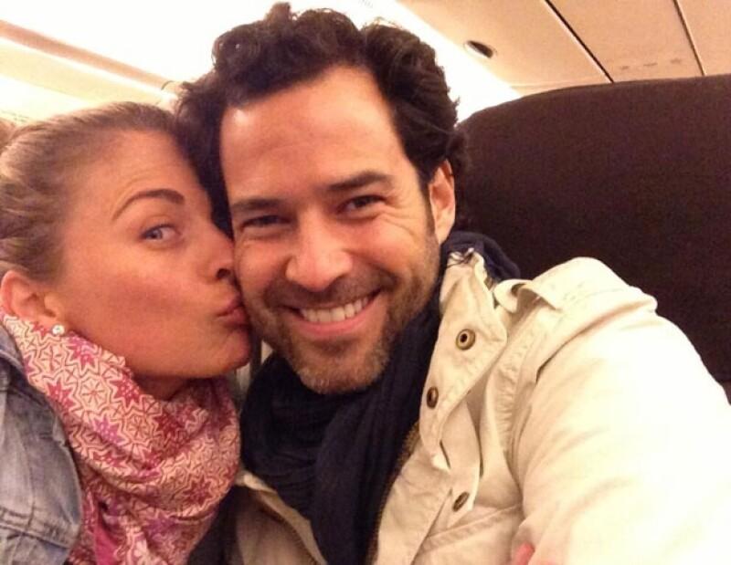 A punto de partir a su luna de miel, la actriz compartió en Twitter esta romántica foto que prueba lo feliz y enamorada que está la pareja.
