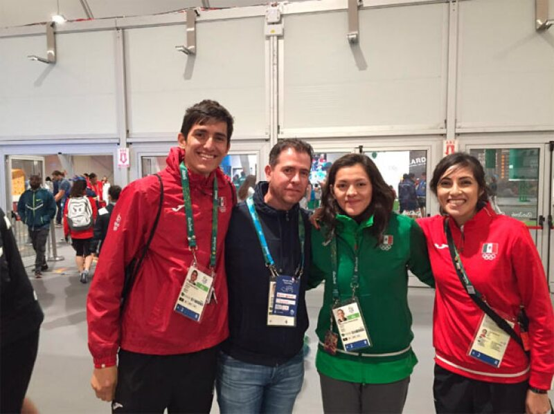 El director de la Conade con algunos deportistas de la delegación mexicana.