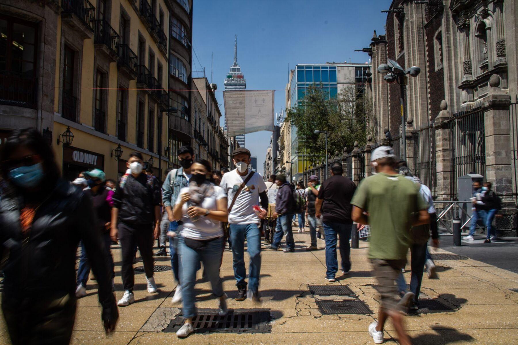 Decenas de personas visitane el Centro Histórico donde a partir de mañana serán reabiertos los locales comerciales de manera regular