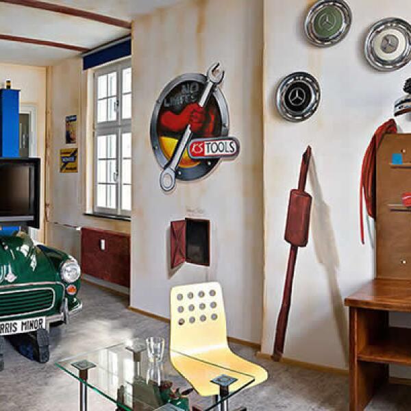 Las habitaciones del  hotel están fabricadas con materiales de alta calidad, y una serie de piezas originales del mundo automotriz.