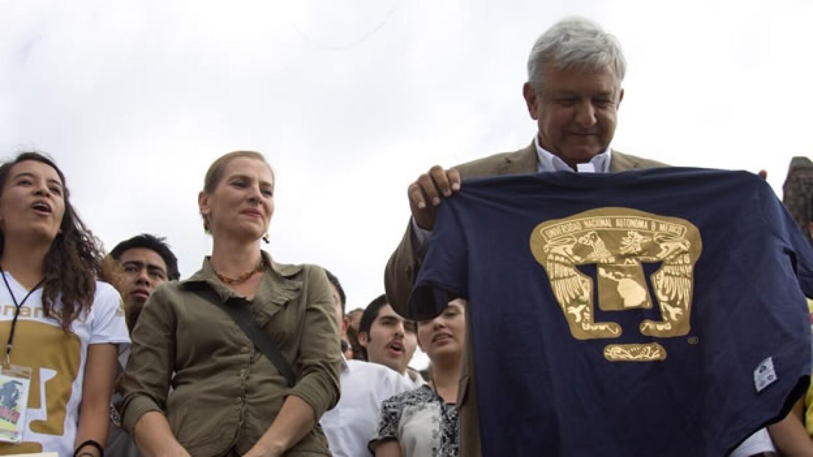 López Obrador en Plaza de las Tres Culturas con unversitarios