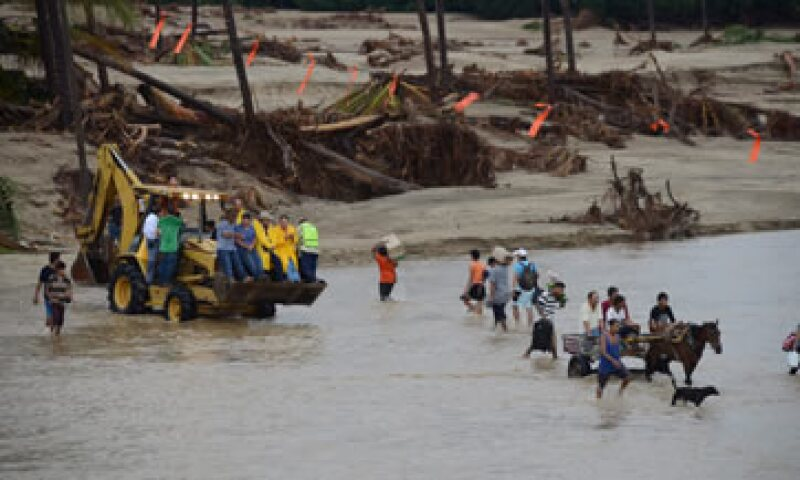 Pobladores de distintas comunidades cruzan el río de Coyuca de Benítez con alimentos y combustible ya que continúa el desabasto. (Foto: Cuartoscuro)