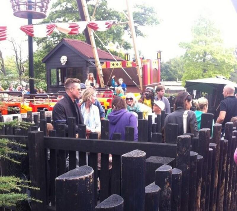 Los integrantes de la familia Jolie Pitt tomaban su lugar en la fila para esperar su turno.