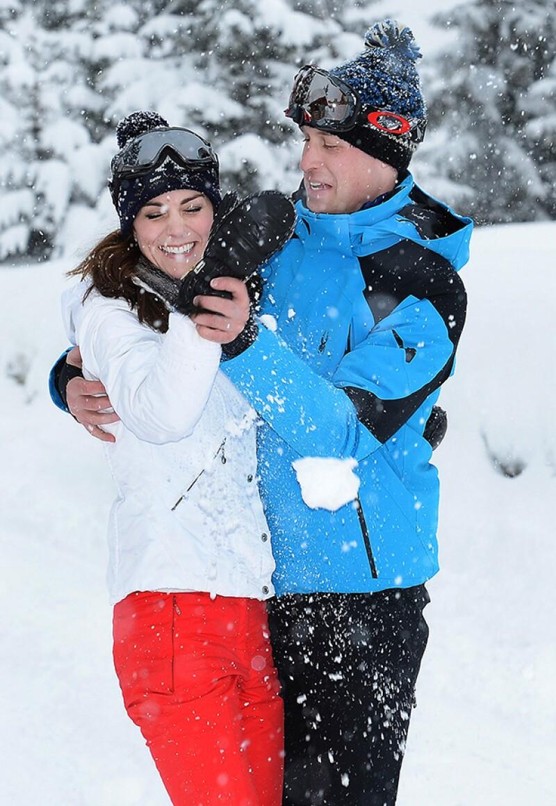 Kate y William dejaron en evidencia la gran química que hay entre ellos en una batalla de nieve.