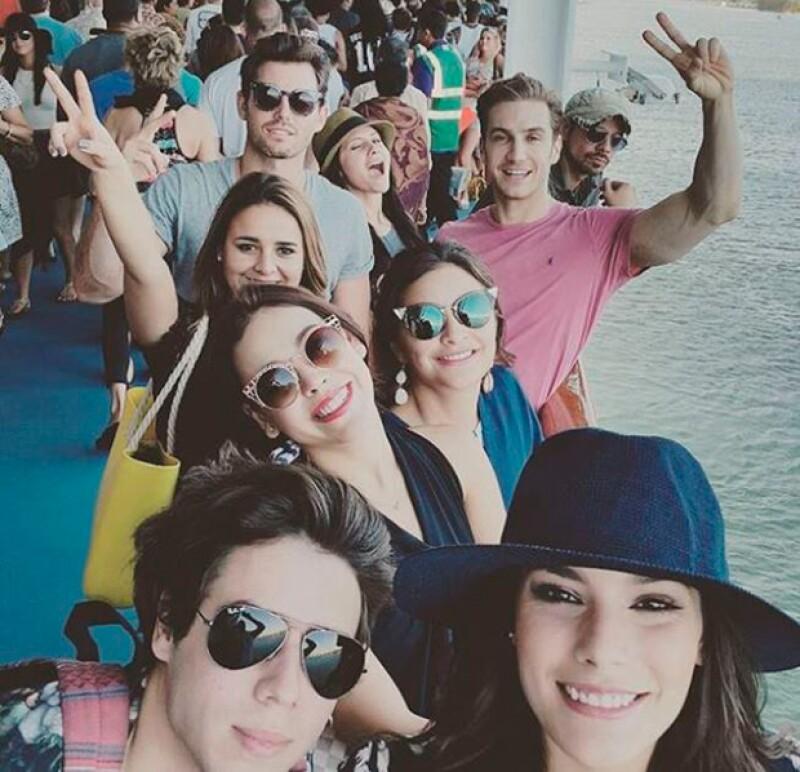 La guapa actriz está disfrutando de las Bahamas junto a un grupo de amigos.