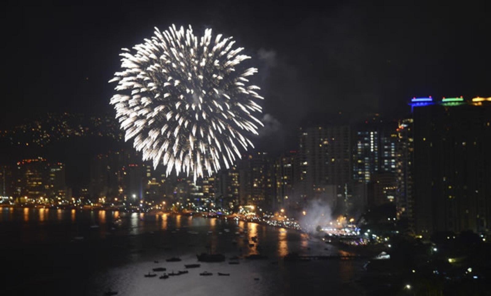 Miles de turistas llegaron a las playas guerrerenses para presenciar el espectáculo de fuegos artificiales en la bahía por la entrada del 2014.